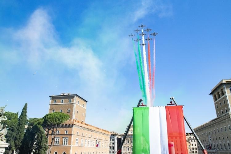 Mattarella: «Il Tricolore simbolo di un popolo che vuole guardare avanti»